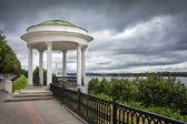 Dijk van de rivier de wolga in yaroslavl. — Stockfoto