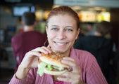 Skönhet kvinna i café — Stockfoto