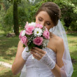 Beautiful bride wiht wedding flowers — Stock Photo