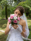 Beautiful bride wiht wedding flowers — Stock Photo