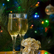Two glasses of champagne and gift — Stock Photo