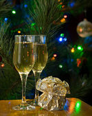 2 杯のシャンパン、ギフト — ストック写真