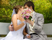 Braut und bräutigam küssen — Stockfoto