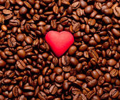 Red heart on coffee beans — Stockfoto