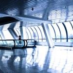 persona mueva en corredor de cristal moderna — Foto de Stock   #1288406