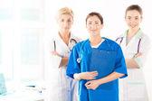 Infermiera e due giovani medici — Foto Stock