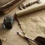 starožitný papíře svitek, brk a kompas — Stock fotografie
