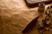 Bussola, calamaio e piuma su uno sfondo di forma vuota per la lettera — Foto Stock