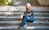 Ung kvinna utomhus porträtt — Stockfoto