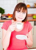 молодая женщина, наслаждаясь чашечкой кофе — Стоковое фото