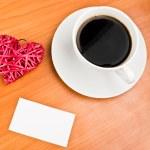 červené slaměné srdce a šálek kávy — Stock fotografie