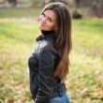 Young woman portrait in autumn park — Stock Photo