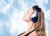 Escuchar música hermosa chica — Foto de Stock