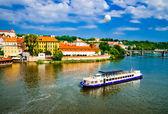 ヴルタヴァ川の上の夏のプラハ観 — ストック写真