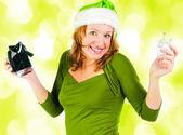Piękna kobieta szczęśliwa, patrząc wewnątrz czarny zakupy prezent torba loo — Zdjęcie stockowe