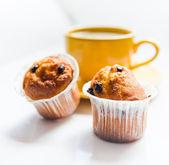 Café em um copo amarelo e muffins — Foto Stock