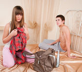 Young couple in quarrel. The girl collects things — Stock Photo