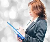 Geïsoleerde zakenvrouw houden een portfolio — Stockfoto