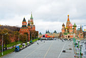 Intercession Cathedral (St. Basil's) and the Spassky Tower of Mo — Stockfoto