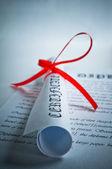 赤いリボンと卒業証書 — ストック写真