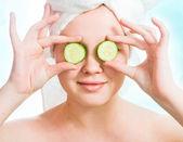 Kobieta z ogórków na oczy — Zdjęcie stockowe