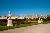 Sculptures in famous Tuileries Garden (Jardin des Tuileries) in Paris — Stock Photo