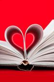 Pages d'un livre courbé en forme de coeur — Photo
