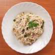 Spaghetti . Fettuccine carbonara in a white bowl, garnished with bacon, mushrooms and parsley. — Stock Photo