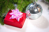 Gift and green christmas tree — Stockfoto