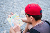 Touristes dans la rue en regardant un guide — Photo