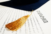 Diploma e chapéu de formatura — Foto Stock