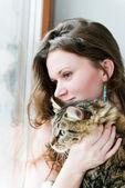 Güzel esmer kız ve onu kedi üzerinde gülümseyen — Stok fotoğraf