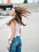 Schöne europäerin mit haare fliegen — Stockfoto
