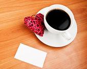 Kırmızı hasır kalp ve kahve — Stok fotoğraf