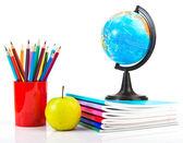 Globo, pilha de caderno e lápis. — Foto Stock