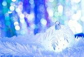 Blauwe kerstballen op witte vacht en verlichting — Stockfoto