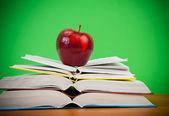 Jabłko na książki. — Zdjęcie stockowe