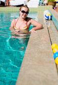 Mulher bonita sorrindo em uma piscina — Foto Stock