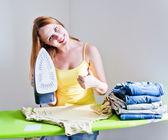Vacker kvinna stryka kläder. — Stockfoto