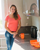 Young woman standing in kitchen  . — Stockfoto