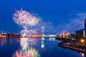 Fyrverkerier över natten staden — Stockfoto