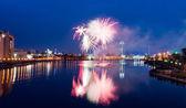 Fogos de artifício sobre a cidade de noite — Foto Stock