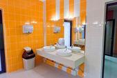 Toilettes publiques vides avec miroir de lavabos — Photo