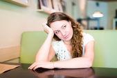 žena sedí u stolu — Stock fotografie