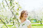 Ragazza con fiore di apple — Foto Stock