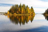 Autumn landscape with a reflection in the lake — Stock Photo