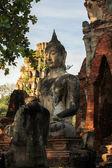 Ruinas de la estatua de buda en el templo de chaiwatthanaram — Foto de Stock