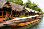 Tropical beach houses on the River Kwai in Thailand — Stock Photo
