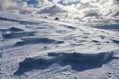 Viento y la nieve en invierno en las montañas — Foto de Stock