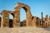 The Iron Pillar in the Qutb complex, Delhi, India  — Stock Photo